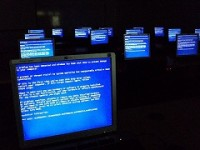 800px-Windows_Blue_Screen_on_room_full_of_computers