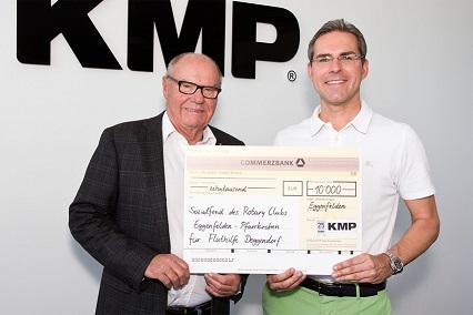 KMP CEO Jan-Michael Sieg hands over the donation to Dr Karl Stelzer, Past-President of the Rotary Club Eggenfelden-Pfarrkirchen