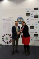 Biuromax CEO Dariusz Wo?niak presented with 'Supplier of the Year' by The Recycler's Stefanie Unland